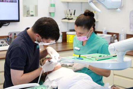 Zahnarzt in Sopron und Assistentin